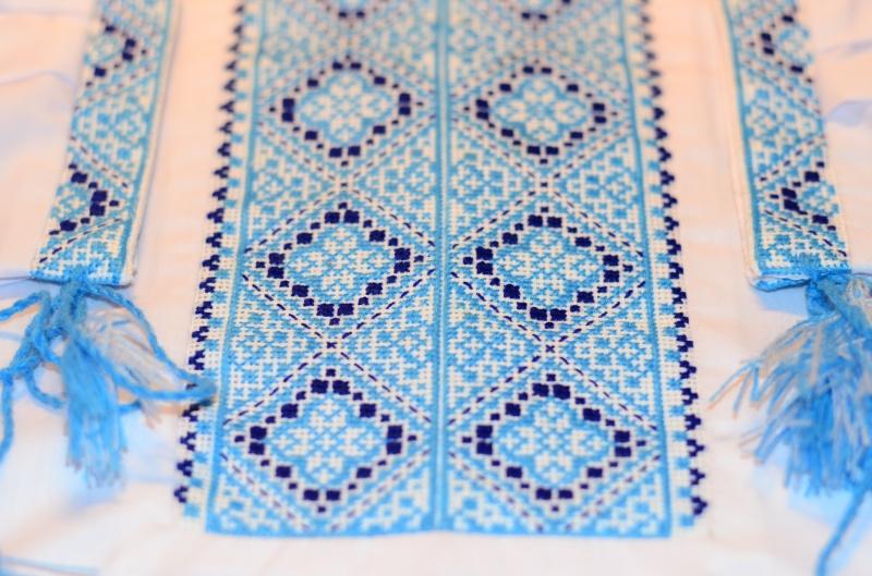 Синий узор на вышиванке
