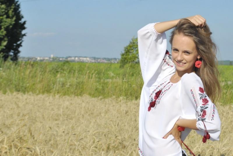 Девушка в вышиванке в поле