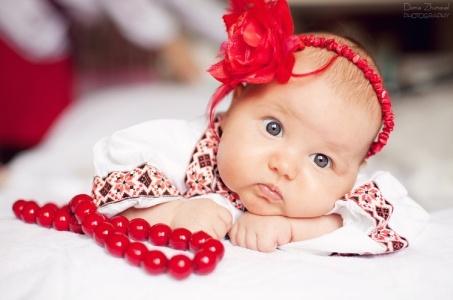 Маленькая девочка в вышиванке