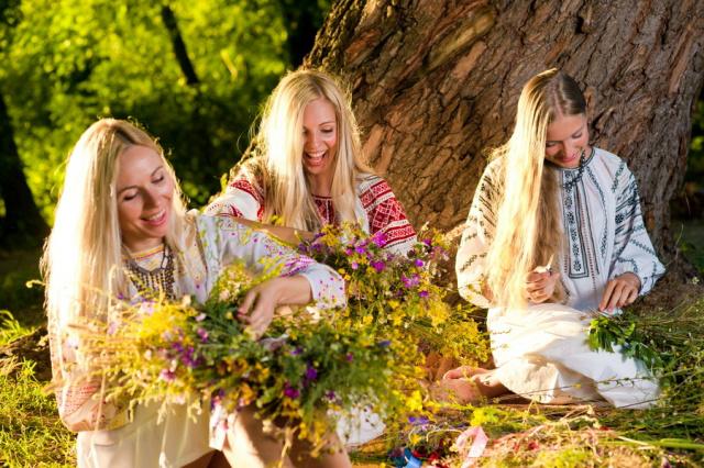Дівчата в вишиванках