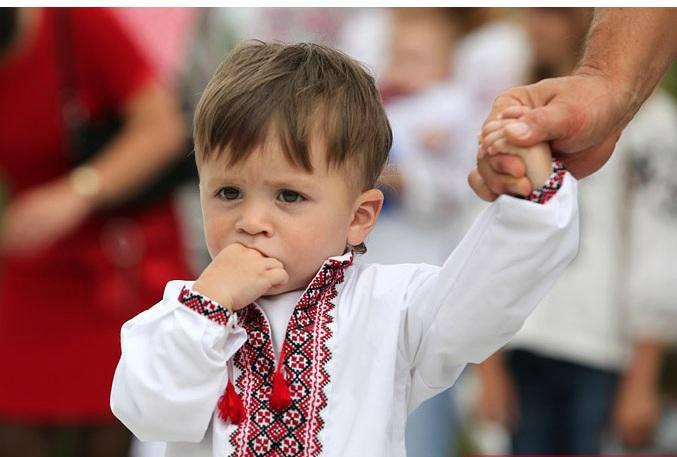 Маленький мальчик в вышиванке