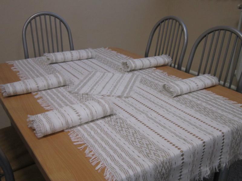 Белая вышивка на скатерти