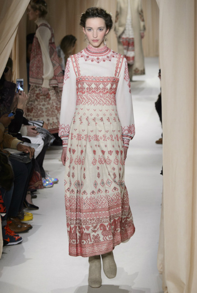 В основі колекції - традиційні слов янські мотиви. На моделях глядачі могли  побачити рясно прикрашений вишивкою одяг. Дівчата ходили по подіуму f07efa231a2c5