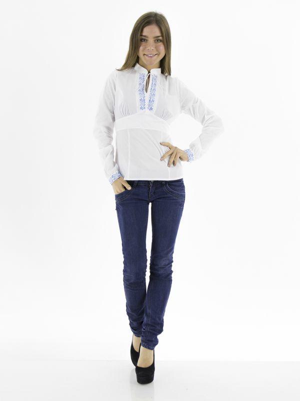 Девушка в вышиванке и джинсах