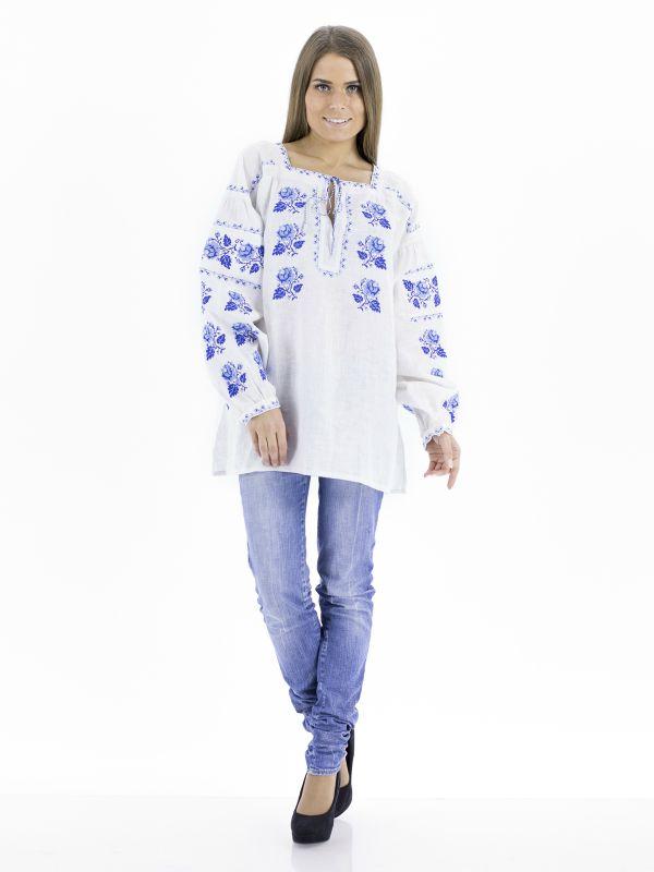 Девушка в вышиванке с джинсами